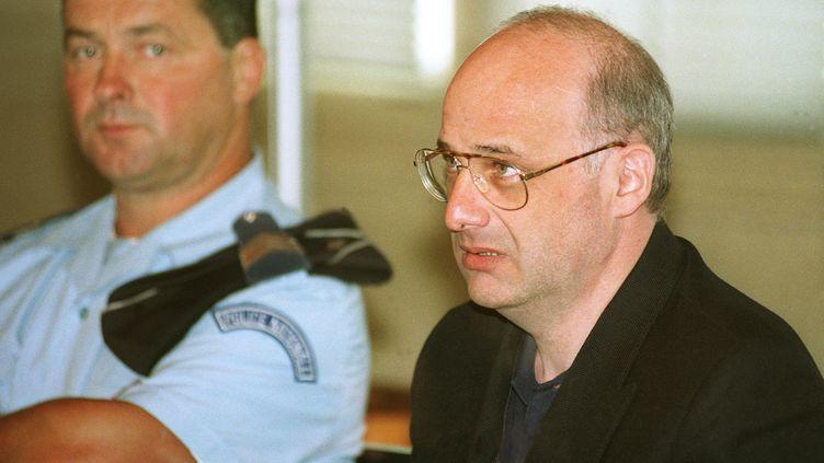 Jean-Claude Romand, accusé d'avoir assassiné toute sa famille, lors de son procès devant la cour d'assises de l'Ain, à Bourg-en-Bresse, le 25 juin 1996. (PHILIPPE DESMAZES / AFP)