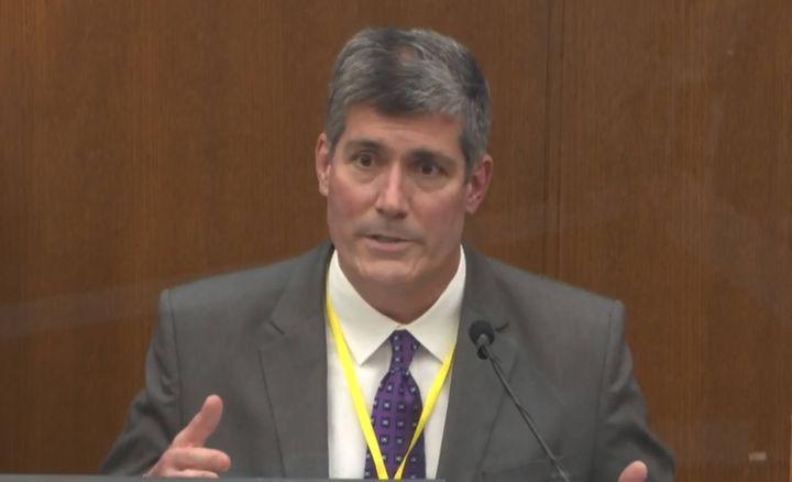 Andrew Baker, médecin légiste officiel du comté de Hennepin en charge de l'autopsie de George Floyd, témoigne au procès de Derek Chauvin, le 9 avril 2021 à Minneapolis (Etats-Unis). (AP / SIPA)