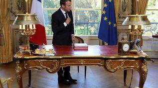 Emmanuel Macron, à son bureau de l'Elysée, en septembre 2017. (LUDOVIC MARIN / AFP)