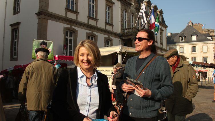 La députée Corinne Erhel et Jean-Michel Bouriah, référent En marche ! pourLannion, sur le marché de Lannion (Côtes-d'Armor), jeudi 6 avril 2017. (CLEMENT PARROT / FRANCEINFO)