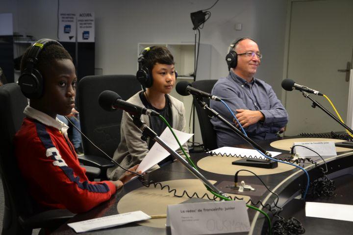 Des élèves de CM2 ont préparé leur lancement avec la journaliste de franceinfo junior Céline Asselot puis ils ont posé leurs questions à Frédéric Carbonne, dans un studio de Radio France. (FRANCEINFO / RADIOFRANCE)