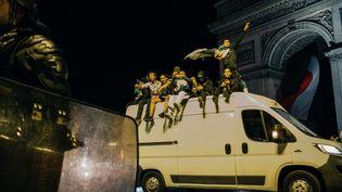 Des supporters fêtent la victoire de l'Algérie contre le Nigeria en demi-finale sur les Champs-Elysées à Paris, le 14 juillet 2019. (MATHIAS ZWICK / HANS LUCAS / AFP)