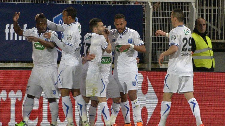 Les joueurs de l'AJ Auxerre célèbrent leur but contre Guingamp en demi-finale de la Coupe de France, mardi 7 avril 2015 au stade l'Abbé-Deschamps. (JEAN-PHILIPPE KSIAZEK / AFP)