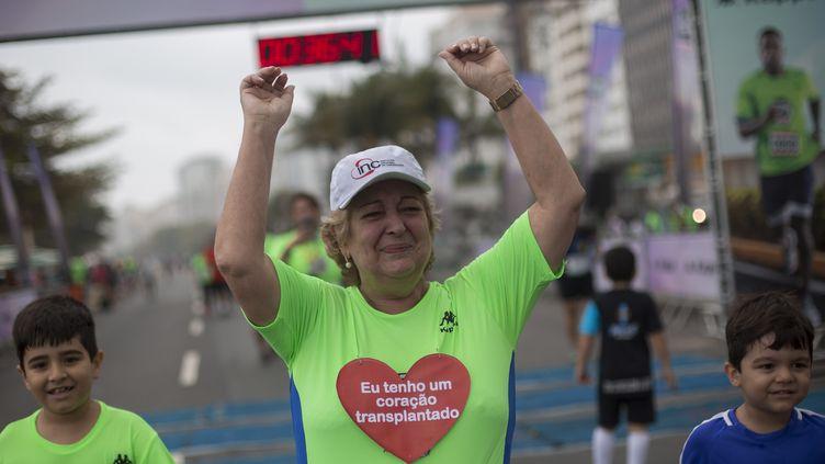 La Brésilienne Ivonette Balthazar a participé à une course de trois kilomètres à Rio (Brésil), dimanche 24 septembre 2017, un an après avoir reçu le cœur d'un vice-champion olympique de canoë. (MAURO PIMENTEL / AFP)