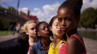 """Amy (Fathia Youssouf), Angelica (Médina El Aidi-Azouni), Coumba (Esther Gohourou) et Jess (Ilanah), les membres du groupe de danse """"Les Mignonnes"""" dans la fiction de Maïmouna Doucouré. (JEAN-MICHEL PAPAZIAN/BIEN OU BIEN PRODUCTIONS)"""