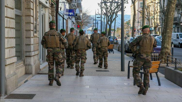 Des soldats de l'opération Sentinelle patrouillent dans les rues de Valence (Drôme), le 17 mars 2020. (NICOLAS GUYONNET / HANS LUCAS)