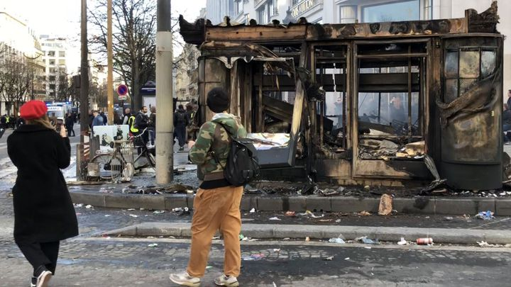 Le kiosque de Michelle incendié le 16 mars 2019 sur les Champs-Elysées à Paris. (MATTHIEU MONDOLONI / FRANCEINFO)