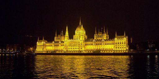 Le Parlement hongrois à Budapest se reflétant sur le Danube (12 août 2014) (PHOTOSTOCK-ISRAEL - CULTURA CREATIVE)