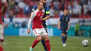 Le Danois Christian Eriksen, en rouge, lors du match de l'Euro 2021 contre la Finlande, le 12 juin 2021 à Copenhague. (HANNAH MCKAY / AFP)