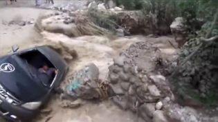 L'automobiliste qui a survécu à l'accident de sa voiture, le 19 mars 2017 à Cañete (Pérou). (REUTERS)