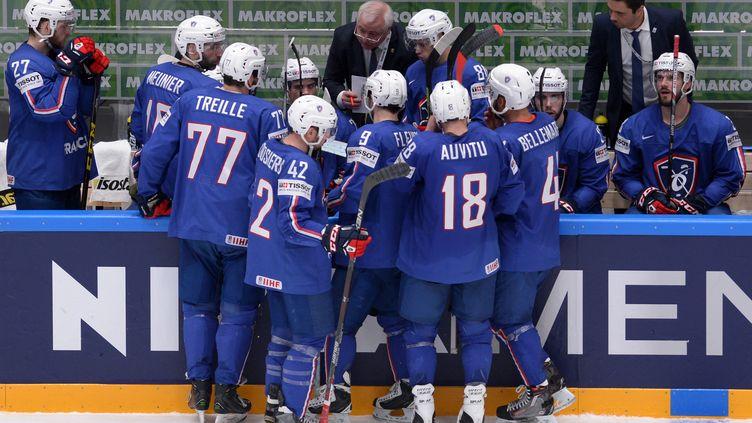 Le Franco-canadien Dave Henderson discute avec les joueurs de l'équipe de France (PAVEL BEDNYAKOV / ANADOLU AGENCY)