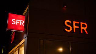 La devanture d'une boutique SFR à Paris, en décembre 2019. (EDOUARD RICHARD / HANS LUCAS / AFP)