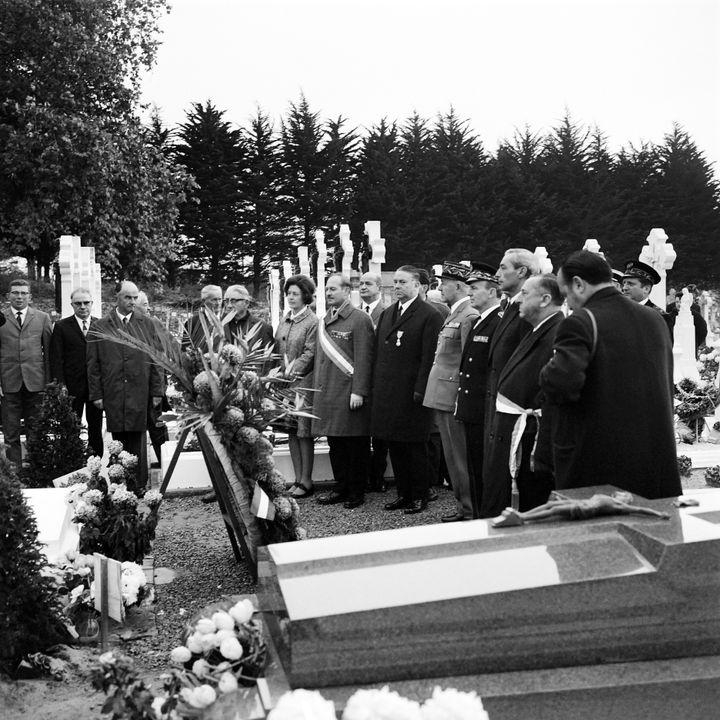 Des personnalités, dont le préfet de Vendée Jacques Reiller, se recueillent sur la tombe du maréchal Pétain, sur l'île d'Yeu, le 11 novembre 1968. (AFP)