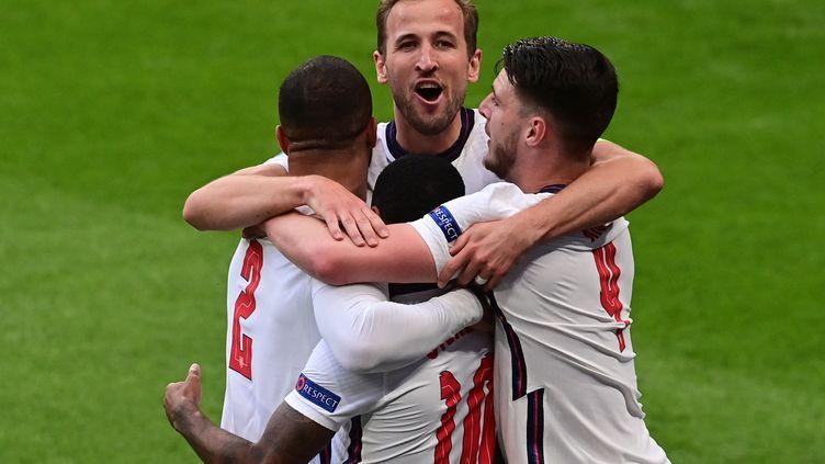 La joie d'Harry Kane et de ses coéquipiers anglais après le but de Raheem Sterling contre la République tchèque, mardi 22 juin. (NEIL HALL / AFP)