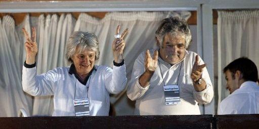 Jose Mujica et Lucia Topolanski, son épouse, le 31 octobre 2004 au siège de Frente Amplio, à Montévidéo, en Uruguay. (AFP PHOTO/MIGUEL ROJO)