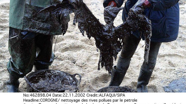"""Travaux de nettoyage sur une plage de Galice, en Espagne, après la marée noire du """"Prestige"""", le 22 novembre 2002. (ALFAQUI  /SIPA )"""