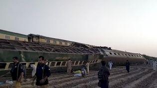 Un train accidenté près deDaharki, au Pakistan, le 7 juin 2021. (AP VIDEO)