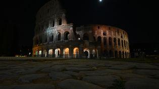 Une vue du Colisée à Rome (Italie), plongé dans le noir à l'occasion du Earth Hour, le 27 mars 2021. (VINCENZO PINTO / AFP)