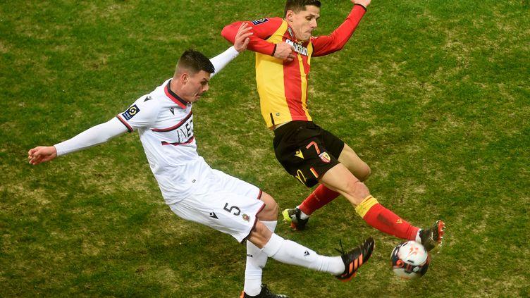 Flavius Daniliuc au duel avec le Lensois Florian Sotoca. (FRANCOIS LO PRESTI / AFP)