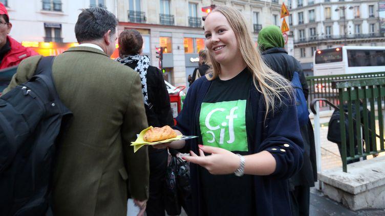 Une membre du Collectif contre l'islamophobie, le 10 octobre 2012 à Paris. (THOMAS SAMSON / AFP)
