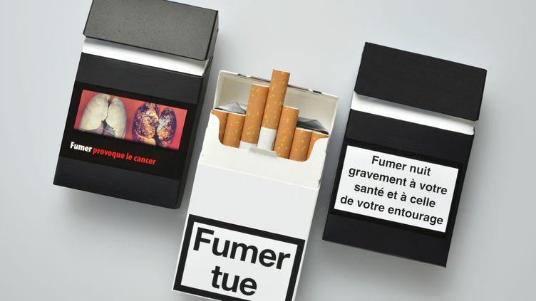 Le 17 juin 2014, le projet de loi de la ministre de la Santé devrait proposer une généralisation en France du paquet de cigarettes neutre, de couleur unie et sans logo. (CARDOSO / BSIP / AFP)
