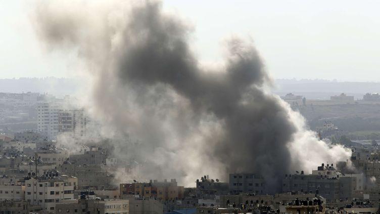 De la fumée s'échappe de la ville de Gaza, le 15 juillet 2014, après qu'une frappe israélienne. (LEFTERIS PITARAKIS / AP / SIPA)