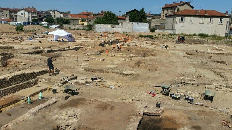 """Vue générale des fouilles à Sainte-Colombe, dans le Rhône, où une """"mini Pompéi"""" a été découverte (Céline Loizeau / RADIOFRANCE)"""
