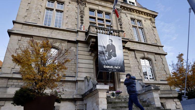 Une affiche représentant l'enseignant Samuel Paty sur la façade de la mairie de Conflans-Sainte-Honorine (Yvelines), le 3 novembre 2020. (THOMAS COEX / AFP)