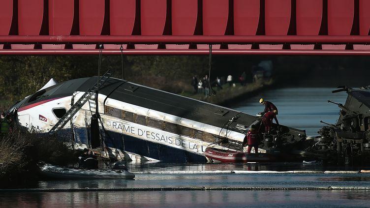 La rame d'essai du TGV qui a percuté un pont avant de quitter lavoie, le 15 novembre 2015 àEckwersheim (Bas-Rhin). (FREDERICK FLORIN / AFP)