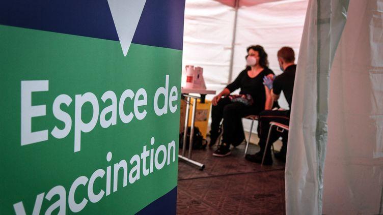 Une injection de vaccin contre le Covid-19 est réalisée dans un centre de vaccination (illustration). (BERTRAND GUAY / AFP)