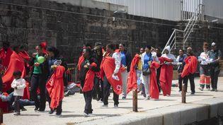 Des migrants sont assistés par la Croix rouge espagnole au port de Tarifa (Andalousie), samedi 23 juin 2018. (MARCOS MORENO / AFP)