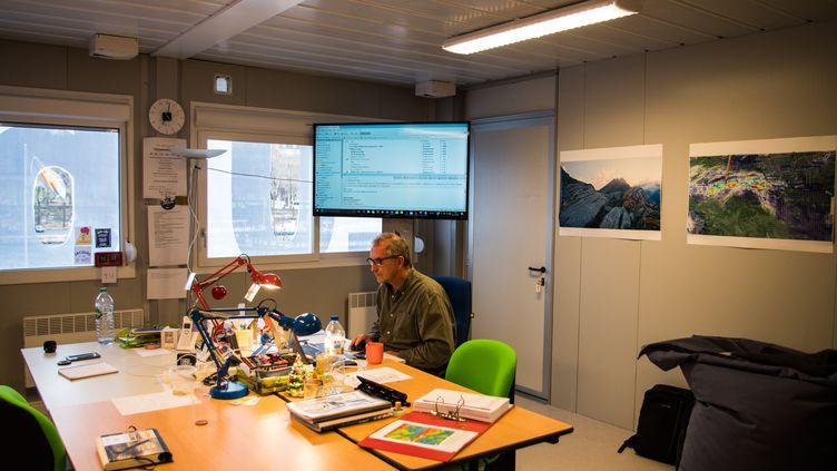 Depuis son petit bureau, Jacques Caraës surveille attentivement tous les bateaux du Vendée Globe