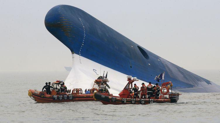 """Des secouristes opérent à proximité de l'épave du ferry """"Sewol"""",au large des côtes de la Corée du Sud, le 22 avril 2014. (DONG-A ILBO / DONG-A ILBO)"""