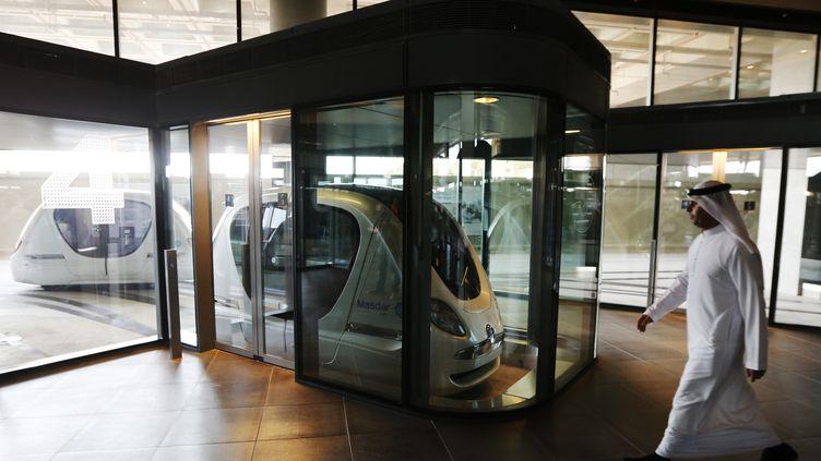 Les voitures électriques de ville de Masdar, dans l'émirat d'Abu Dhabi, en 2015. (KARIM SAHIB / AFP)