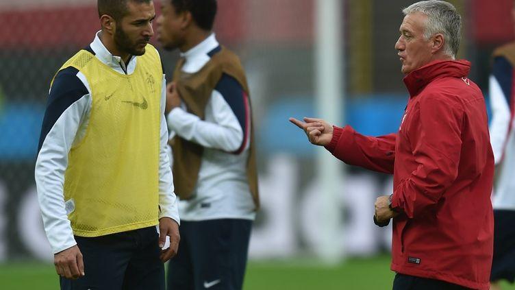 Karim Benzema et Didier Deschamps lors de la coupe du monde au Brésil en 2014 (RODRIGO ARANGUA / AFP)