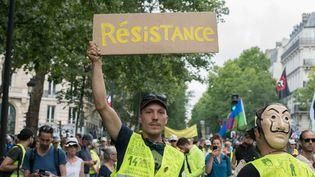 """Des participants à une précédente manifestation des """"gilets jaunes"""" à Paris, le 13 juillet 2019. (ESTELLE RUIZ / AFP)"""