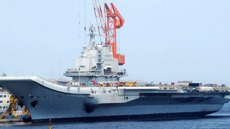 Le Liaoning, le premier porte-avions chinois. De conception russe, le navire chinois devrait être rapidement épaulé par un second porte-avions, entièrement made in China. (Xu cheng sh / Imaginechina)