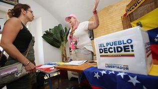 Des Vénézuéliens de Nice votent lors d'une consultation populaire symbolique organisée par l'opposition, en juillet 2017, sur le projet de Constituante du président Nicolas Maduro. (MAXPPP)