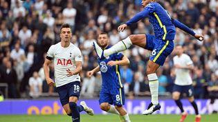 Le défenseur brésilien Thiago Silva dégage le ballon lors de Tottenham - Chelsea en Premier League, le 19 septembre 2021 (JUSTIN TALLIS / AFP)