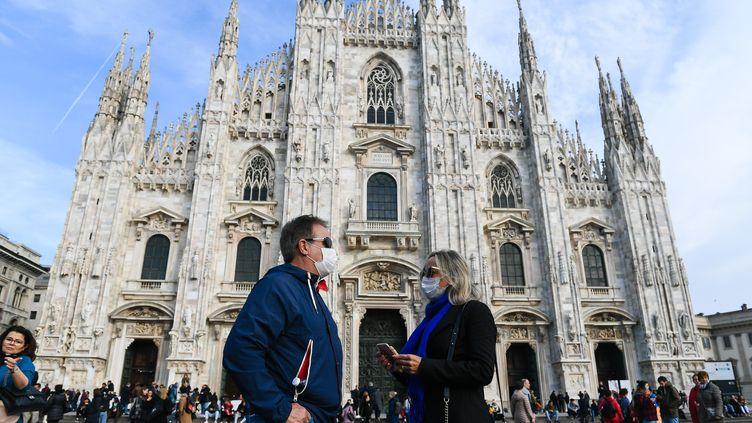 Des passants portent des masques de protection pour éviter toute contamination au coronavirus Covid-19, le 23 février 2020 à Milan (Italie). (ANDREA DIODATO / NURPHOTO / AFP)