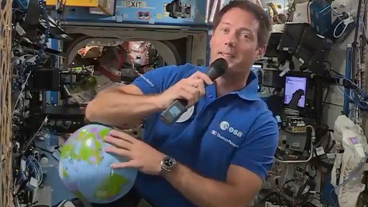 Capture d'écran du 30 avril 2021. L'astronaute français Thomas Pesquet, membre de la mission SpaceX Crew Dragon, en conférence de presse avec les médias depuis l'ISS, la station spatiale internationale. (AFP / EUROPEAN SPACE AGENCY)