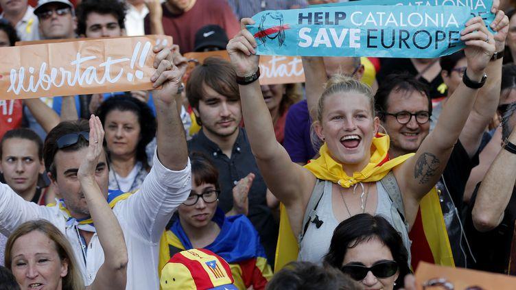 Des indépendantistes à l'extérieur du Parlement catalan à Barcelone, le 27 octobre 2017. (PAU BARRENA / AFP)