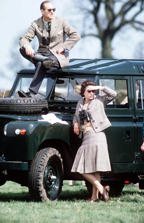 (Titulaire du permis, bien que n'en ayant pas besoin, la reine a toujours aimé conduire sa Land Rover. Ici en excursion avec le prince Philip dans les années cinquante. © Maxppp)