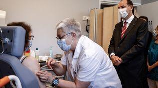 Le Premier ministre Jean Castex assiste à une vaccination, le 16 avril 2021 à Caen (Calvados). (SAMEER AL-DOUMY / AFP)