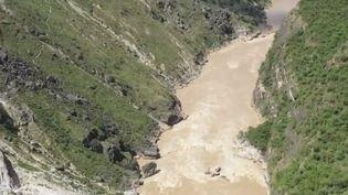 Le saut du tigre, dans le sud de la Chine est un sentier de randonnée spectaculaire où il n'est pas rare de croiser des habitants qui ont toujours vécu dans ces montagnes. (France 2)