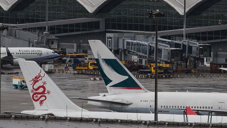 Des avions sur le tarmac de l'aéroport de Hong Kong (Chine), le 17 août 2016. (ANTHONY WALLACE / AFP)