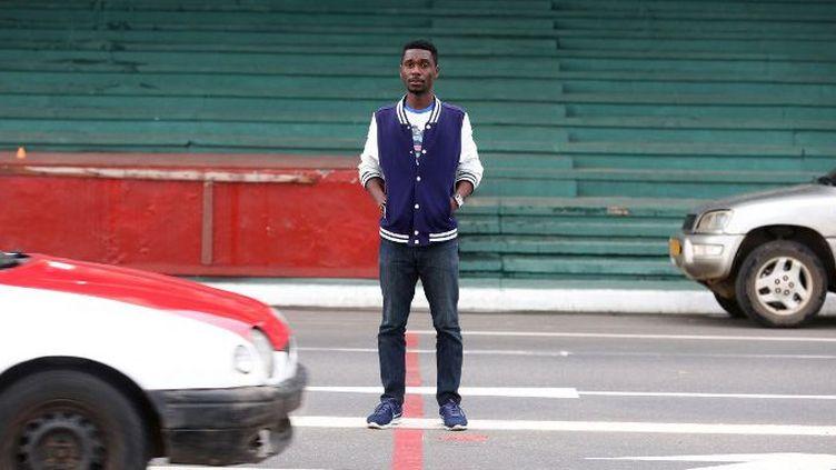 Le slameur gabonais No de retour dans le quartier pauvre de son enfance à Libreville pour une session de rap et de slam. (Steve JORDAN / AFP)