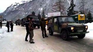Les soldatsfrançais près du site d'une avalanche qui a tué cinq légionnaires près de la station de Valfréjus (Savoie)le 18 Janvier 2016. (LEDAUPHINE.COM / AFP)