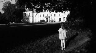 """Emmanuelle Guattari enfant devant la clinique de la Borde. Elle raconte ses souvenirs dans """"La petite Borde"""" """"Ciels de Loire"""" (Mercure de France)  (DR)"""