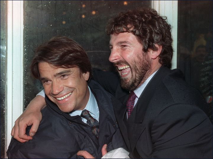 Rolland Courbis, alors entraîneur de Toulon, plaisante avec Bernard Tapie, président de l'OM (à gauche), le 4 avril 1989 à Marseille. (JACQUES DEMARTHON / AFP)